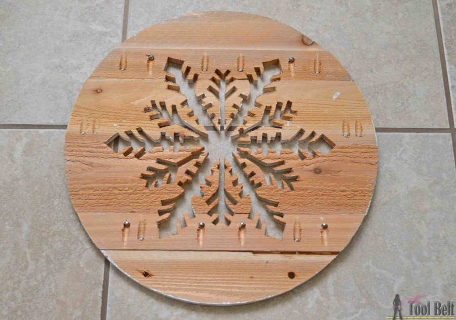 'Let it Snow' - wooden snowflake door hanger tutorial. Kreg pocket holes