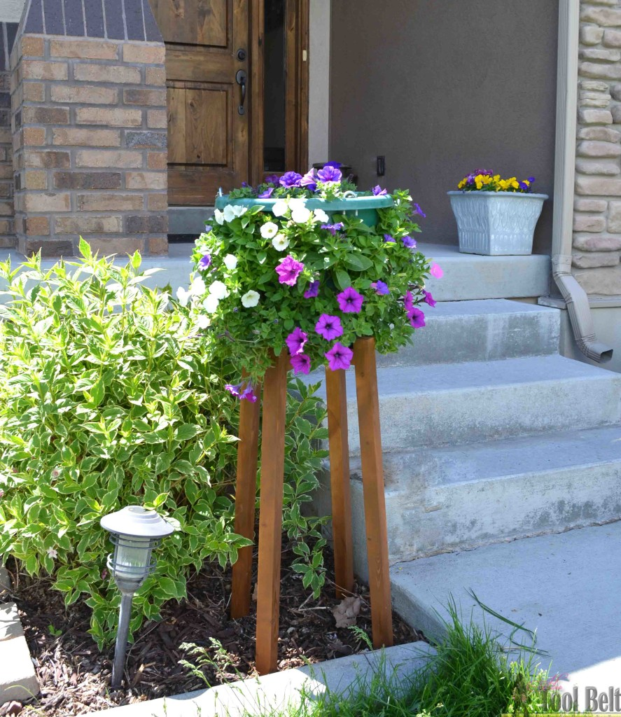 Perfect stand to raise my flower pots up for cascading flowers. Really simple flower pot stand that you can build for about $4, free plans.