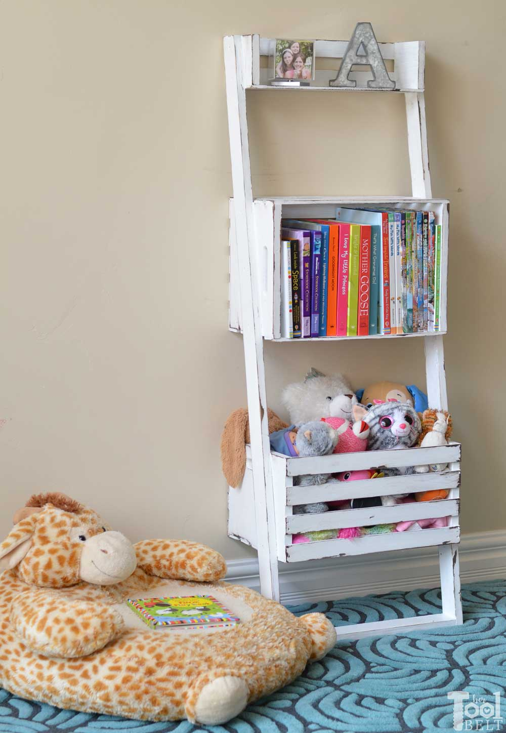 build a leaning storage and bookshelf with - Using Crates As Bookshelves