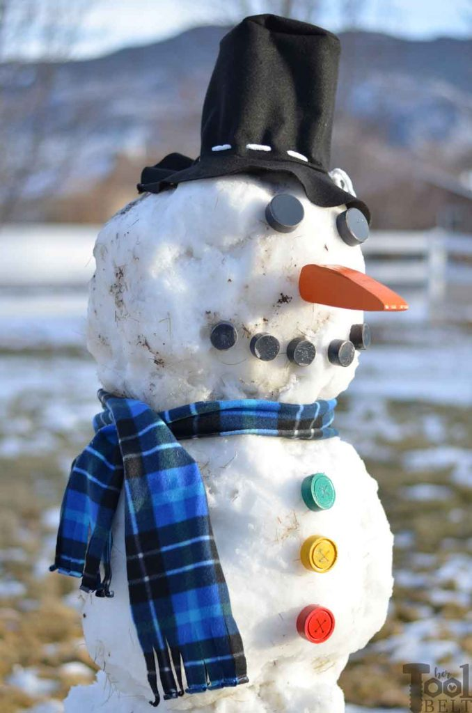 Do you want to build a Snowman? DIY snowman kit made out of wood, fleece and felt. Tutorial and free pattern with fun snowman accessories.