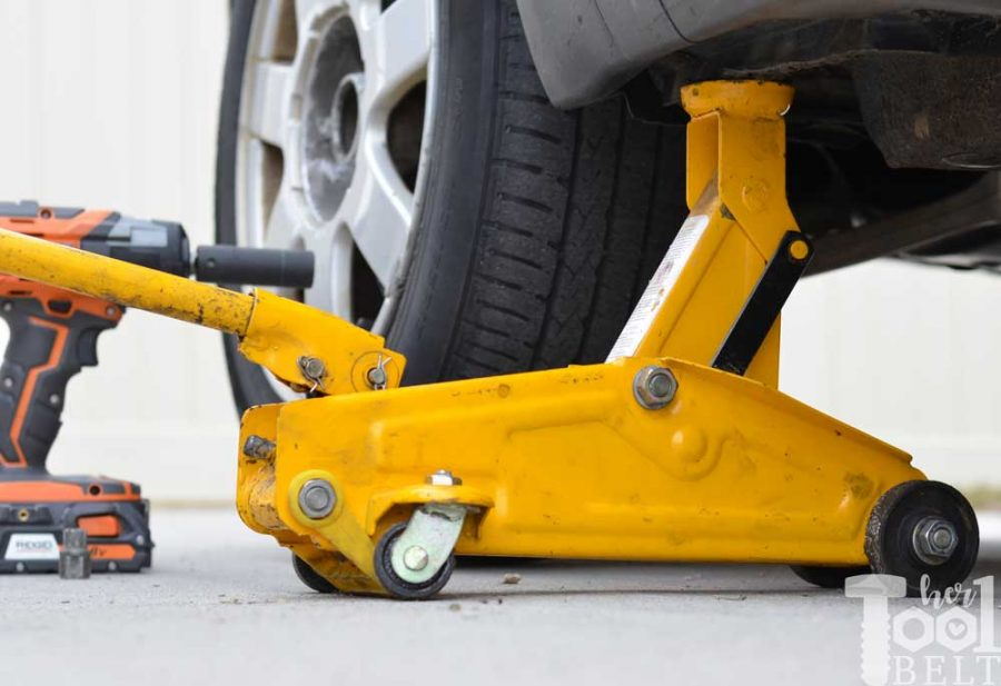 Use a hydraulic jack to quickly jack up the car to change the tire.